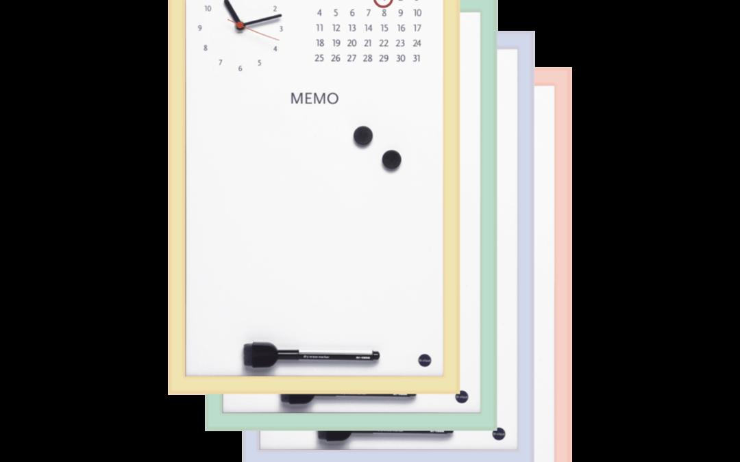 Pizarra blanca con reloj y calendario pastel